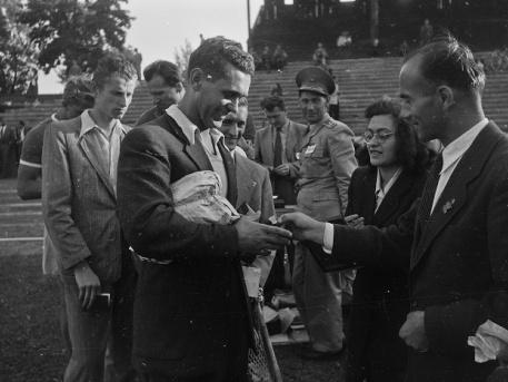 Brandi Jenő kitüntetést vesz át a Fortepan képén