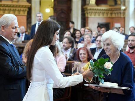 Antall József kitüntetését özvegye, Antall Józsefné veszi át, fotó: MTI, Koszticsák Szilárd
