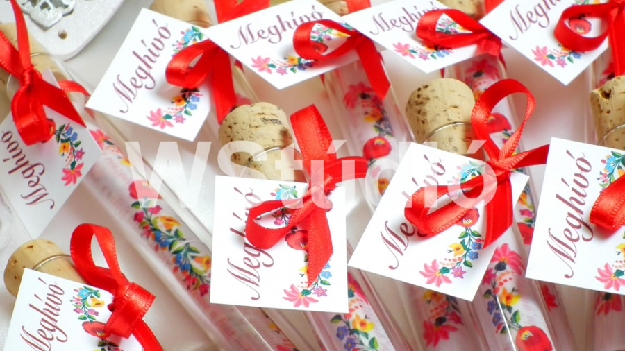 619f7ec1e6 Webalbum Stúdió Kft. - esküvői meghívók: Tekercses esküvői meghívó  üvegcsében, népies mintával!