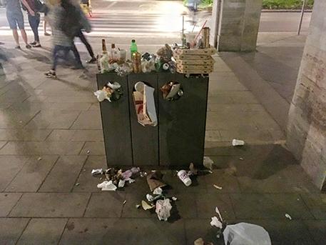 Csendélet a Madách térről, fotó: éjszakai járókelő