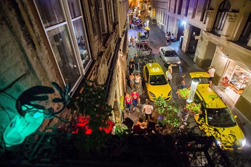 A kép csak illusztráció, a Kazinczy utca éjszaka, fotó: MTI, Balogh Zoltán