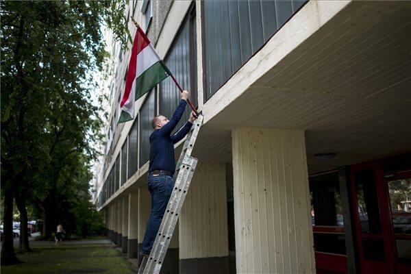 Weisz Gábor Miklós, a Magyar Társasház Kft. ügyvezetője kitűzi a nemzeti lobogót